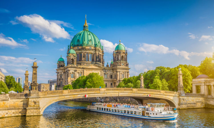 River cruise itinerary in Berlin with boat next to the Berlin Dom